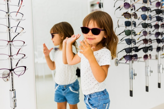 Chica con gafas de sol en la tienda