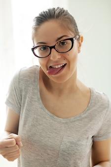 Chica con gafas en su departamento