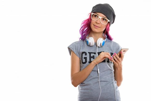 Chica geek sosteniendo el teléfono móvil mientras piensa
