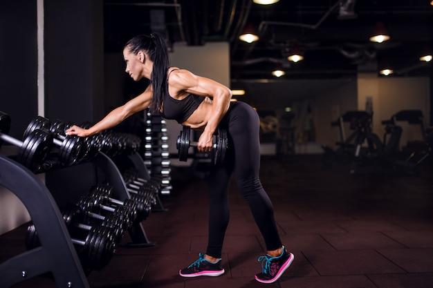 Chica de gimnasio levantando pesas