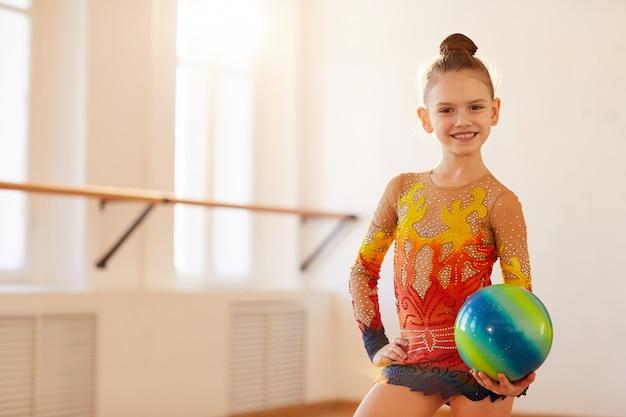 Chica gimnasta posando