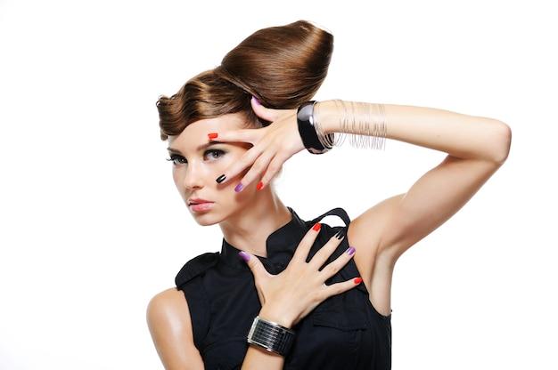 Chica glamour de moda con peinado creativo en blanco