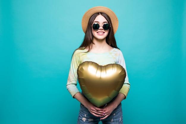 Chica con globos. hermosa joven sosteniendo globo y sonriendo mientras está aislado