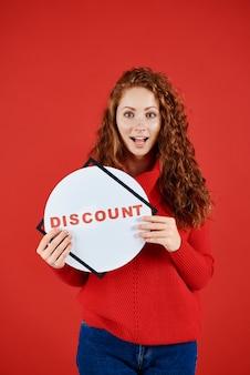 Chica gritando mostrando banner de venta otoño