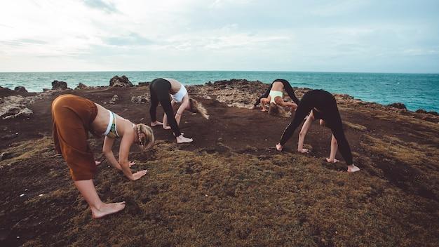 Chica de grupo haciendo yoga