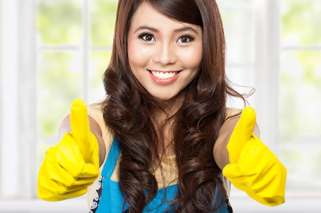 Chica con guantes mostrando dos pulgares
