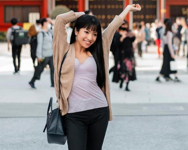 Chica guapa asiática posando al aire libre