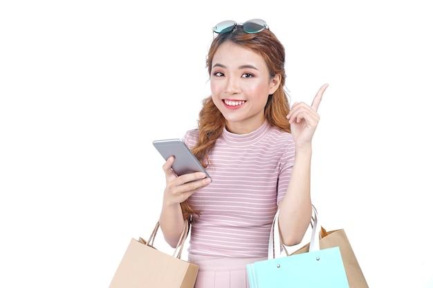 Chica guapa atractiva hermosa joven asiática con bolsas de la compra.