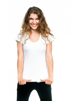 Chica guapa con camiseta en blanco