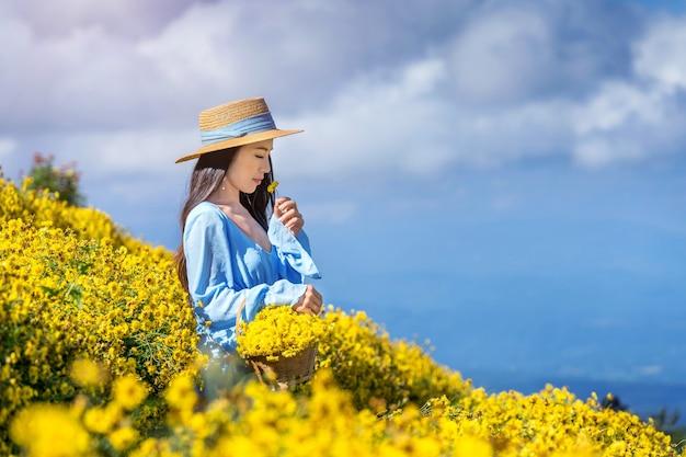 Chica guapa disfrutando en el campo de crisantemos en chiang mai, tailandia