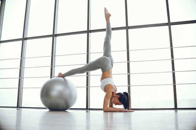 Chica guapa y elegante haciendo yoga.