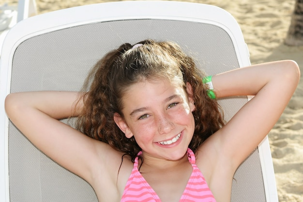 Chica guapa y encantadora de vacaciones
