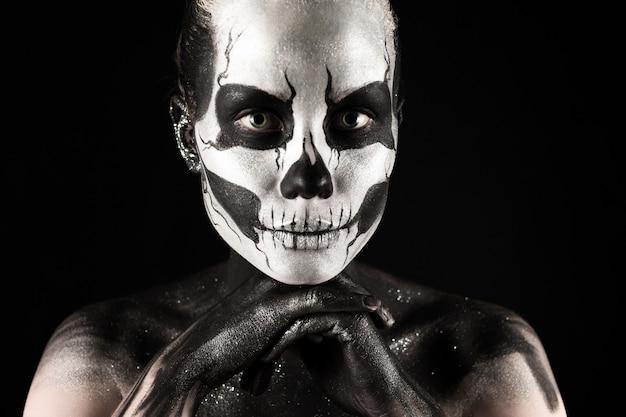 Chica guapa con esqueleto body painting