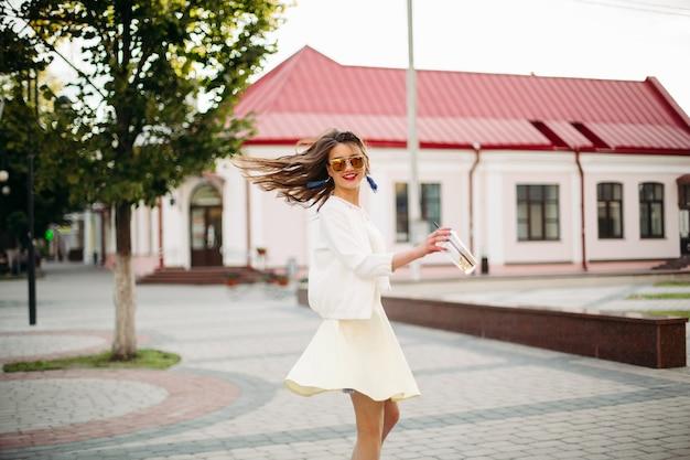 Chica guapa en gafas de sol