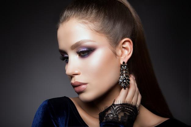Chica guapa con maquillaje brillante