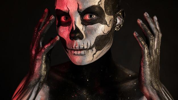 Chica guapa con maquillaje esqueleto