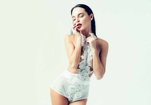 Chica guapa o mujer sexy en lencería blanca de moda
