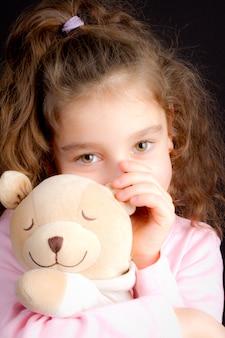 Chica guapa con un oso de peluche