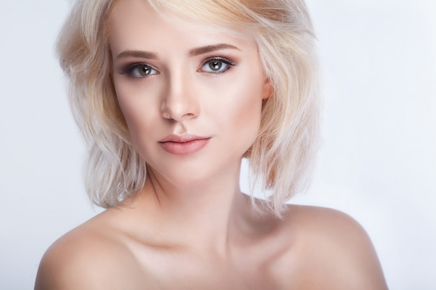Chica guapa con el pelo blanco arreglado detrás