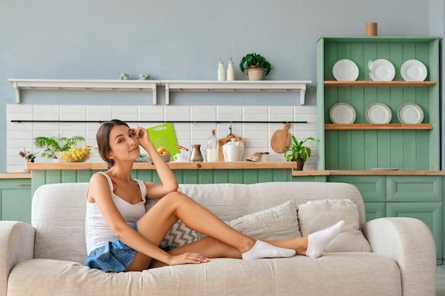Chica guapa relajándose en casa y disfrutando de su tiempo libre