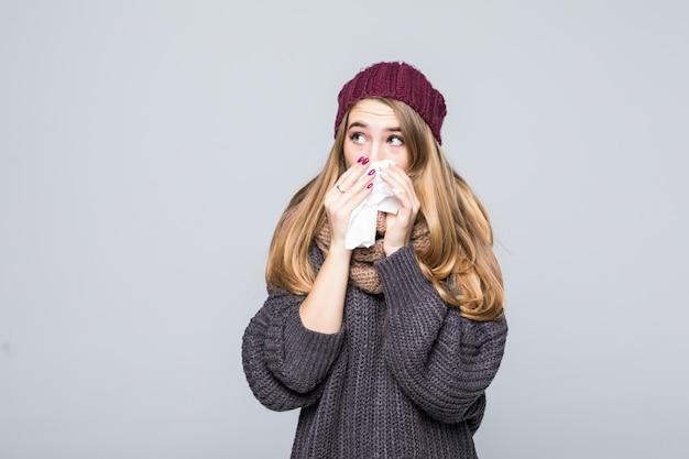 Chica guapa en suéter gris tiene frío tenía dolor de cabeza por gripe en gris