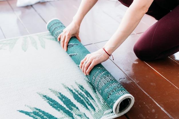 Chica hace ejercicios, estiramientos, yoga, cerca de la ventana, traje de yoga, cuerpo, delgadez y salud, extendimos una estera de yoga, clases en casa