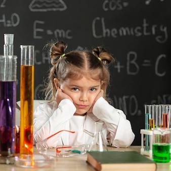 Chica haciendo experimentos en laboratorio