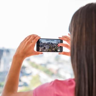 Chica haciendo foto de paisaje
