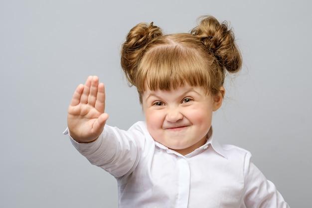 Chica haciendo gesto de parada con su mano