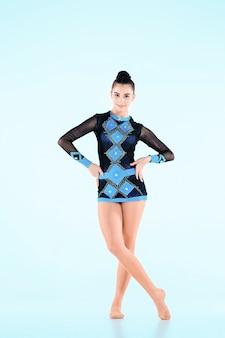 La chica haciendo gimnasia danza en azul