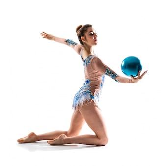 Chica haciendo gimnasia rítmica con pelota.