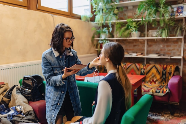 Chica haciendo maquillaje en cafe