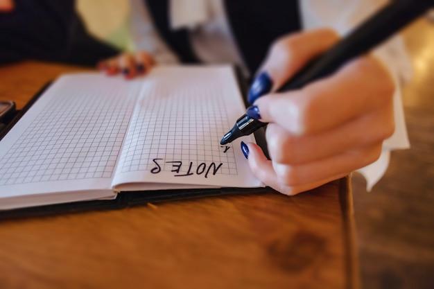 Chica haciendo notas en papel, espacio limpio
