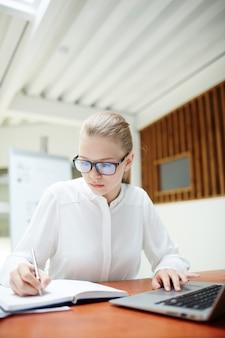 Chica haciendo notas
