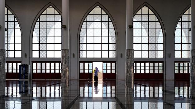 Chica haciendo religiosos en la mezquita central songkhla