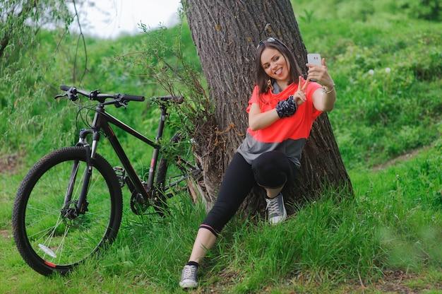 Chica haciendo selfie en bicicleta