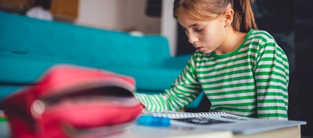Chica haciendo tarea