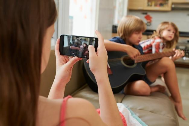 Chica haciendo video de amigos