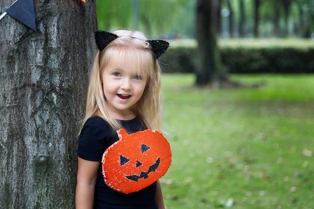 Chica de halloween al aire libre