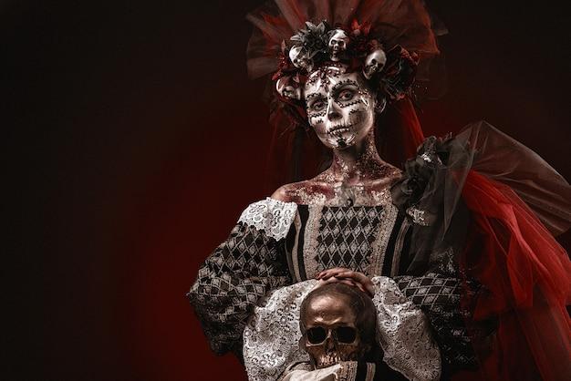 Chica de halloween en un traje de muerte