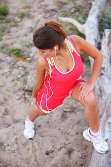 Chica hermosa fitness con auriculares