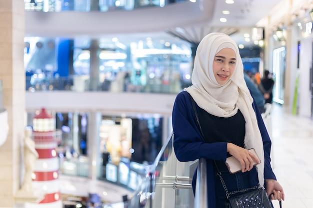 Chica hermosa islam en centro comercial.