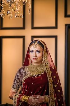 Chica hermosa lujosa posando en estilo de boda asin