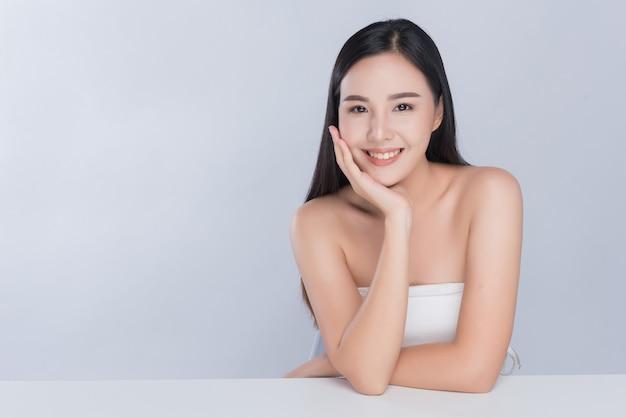Chica hermosa modelo spa, mujer de piel sana