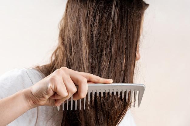 Chica hermosa mujer caucásica con húmedo desordenado duro después del baño. problema de cabello fino. aislado