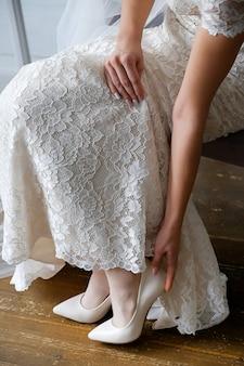 Una chica en un hermoso vestido de novia. mañana de la novia.