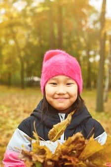 Chica con hojas