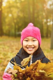 Chica entre hojas