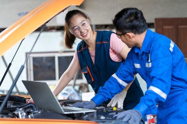 Chica ingeniera mecánica trabajando en un vehículo en un garaje o servicio wo