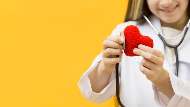 Chica irreconocible escuchando corazón